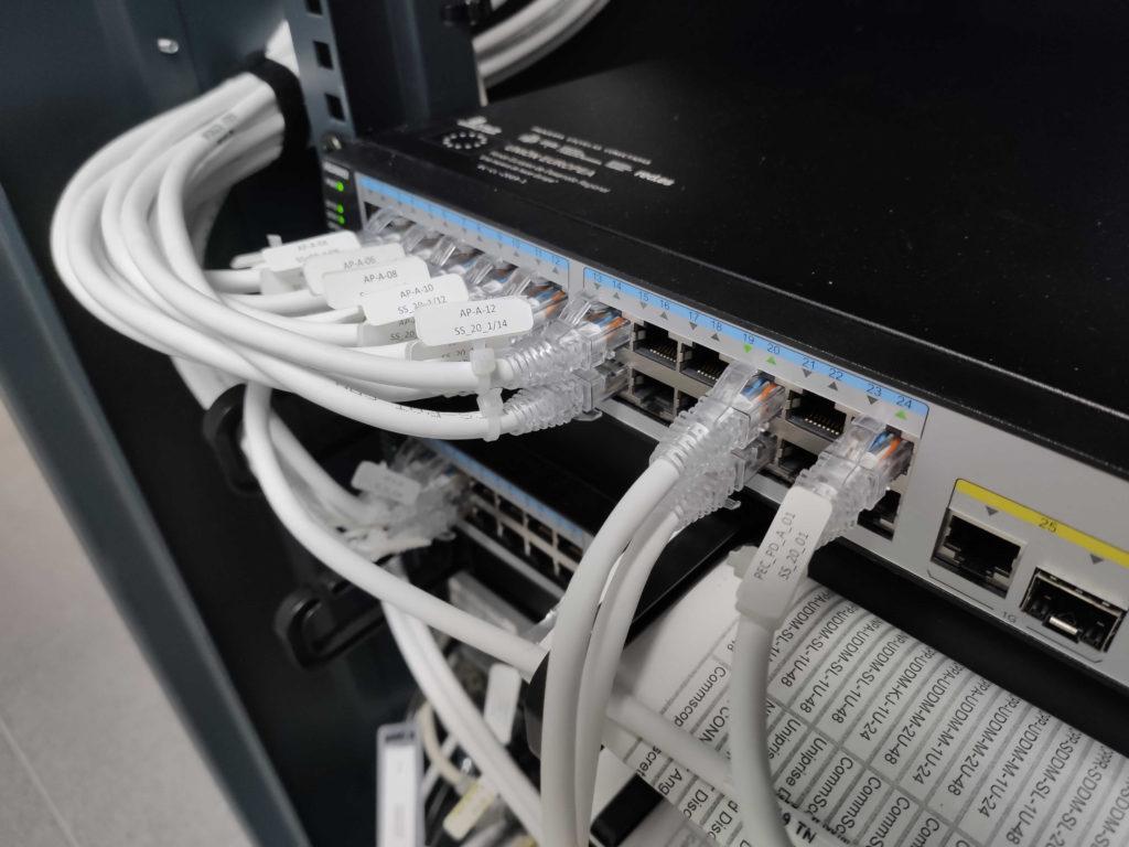 colocar los cables de red